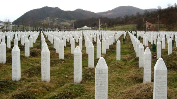 Srebrenica_massacre_memorial_gravestones_2009_1.jpg