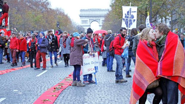 red line demonstration paris kiss