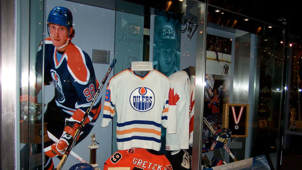 1920px-Wayne_Gretzky_Display_HHOF.jpg