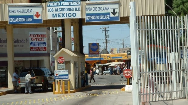 Border crossing into Los Algodones from Andrade, California.
