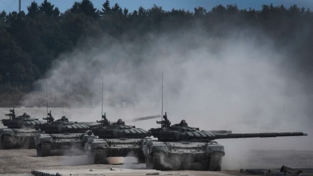 Russian T-90 tanks take position before firing in Kubinka Patriot Park outside Moscow on August 22nd, 2017, during the first day of the Army 2017 International Military-Technical Forum.