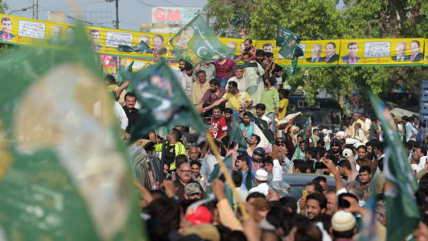 Supporters of ousted Pakistani Prime Minister Nawaz Sharif march toward the airport ahead of his arrival from London, in a rally led by Shahbaz Sharif, Nawaz's younger brother and the head of Pakistan Muslim League-Nawaz Party (PML-N), in Lahore on July 13th, 2018.
