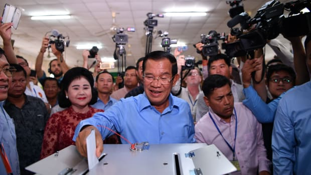Cambodia's Prime Minister Hun Sen casts his vote during the general elections as his wife Bun Rany looks on in Phnom Penh on July 29th, 2018.
