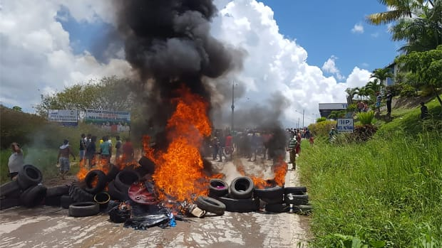 Residents of the Brazilian border town of Pacaraima burn tires and belongings of Venezuelans immigrants after attacking their two main makeshift camps, leading them to cross the border back into their home country on August 18th, 2018.