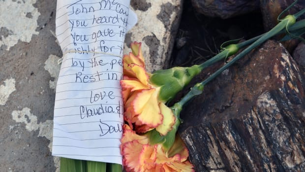 Flowers and notes are placed in tribute to Senator John McCain outside a mortuary in Phoenix, Arizona, on August 26th, 2018.