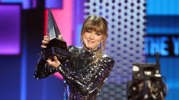 Taylor Swift accepts the Artist of the Year award during the 2018 American Music Awards at Microsoft Theater in Los Angeles on October 9th, 2018.