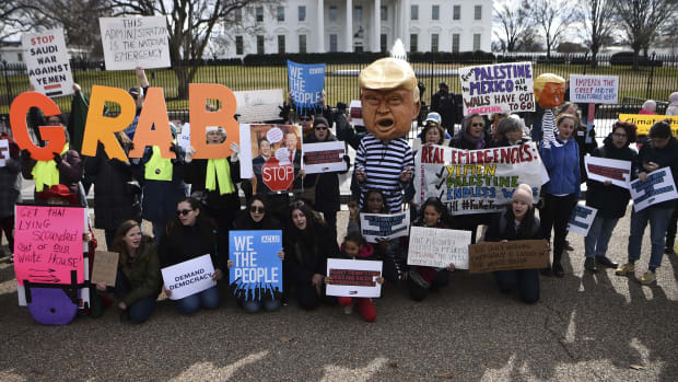 People protest against President Donald Trump' national emergency declaration in front of the White House on February 18th, 2019 in Washington, D.C. The event was part of a national mobilization effort with protests to be held throughout the country. US President Trump on February 15th, 2019, invoked a 'national emergency' to justify tapping military and other funds for barrier construction, after Congress approved less than a fourth the $5.7 billion he had sought for border security.