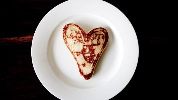 toast dessert heart plate pancake