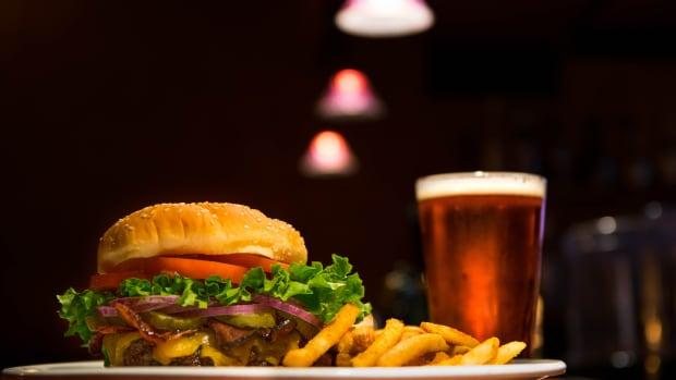 hamburger cheeseburger american food meal