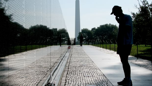 Vietnam_Veterans_with_Washington_Monument