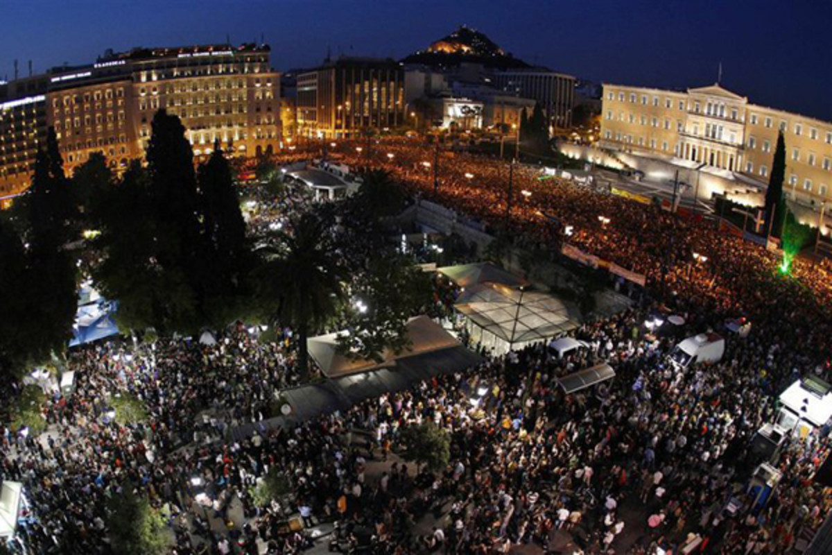 Peaceful anti-austerity protesters in front of the parliament of Greece. (PHOTO: KOTSOLIS/WIKIMEDIA COMMONS)