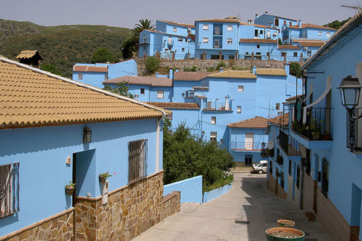 Juzcar, painted blue. (PHOTO: PUEBLO PITUFO/WIKIMEDIA COMMONS)