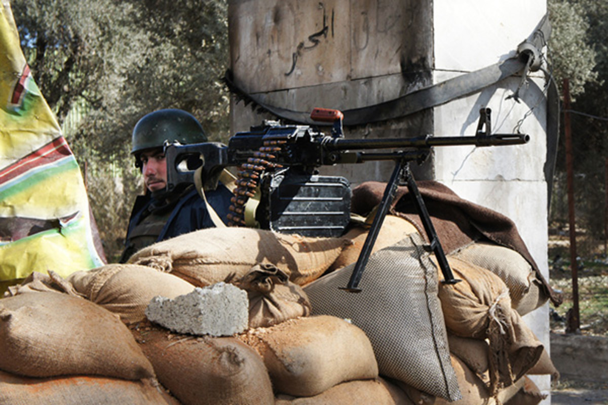 A Syrian soldier manning a checkpoint near Damascus. (PHOTO: ELIZABETH ARROTT/VOA)