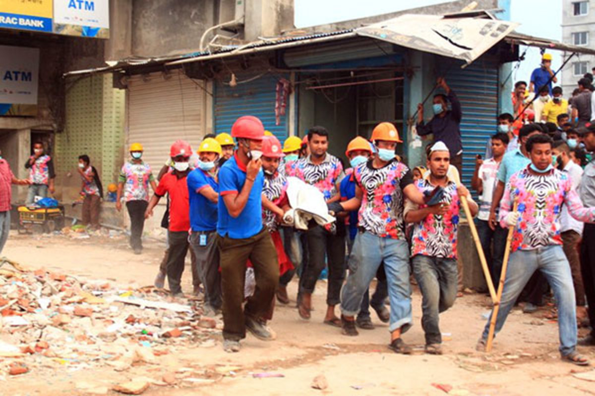 Rescuers carrying out one of the survivors from the collapsed building in Bangladesh. (PHOTO: SHARAT CHOWDHURY/WIKIMEDIA COMMONS)