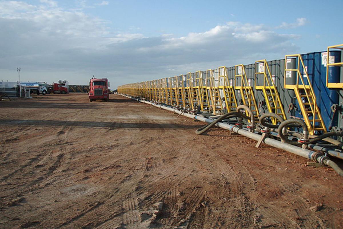 Water tanks preparing for a frac job. (PHOTO: JOSHUA DOUBEK/WIKIMEDIA COMMONS)