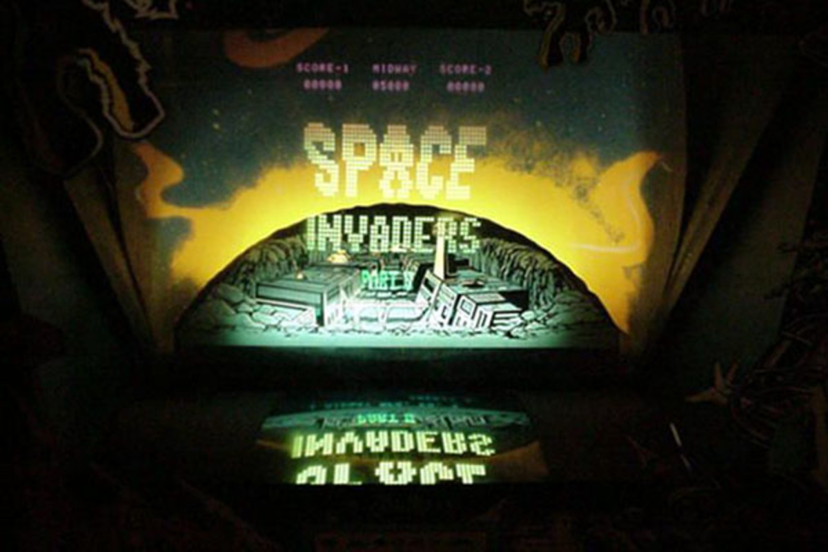 Mirrored display and cardboard background of a Midway Space Invaders Deluxe arcade cabinet. (PHOTO: ROOM88/WIKIMEDIA COMMONS)