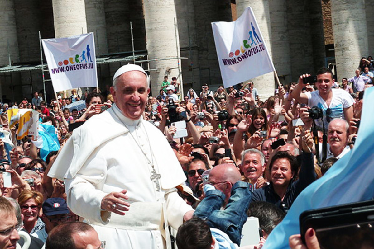 Pope Francis among the people at St. Peter's Square. (PHOTO: EDGAR JIMENEZ/WIKIMEDIA COMMONS)