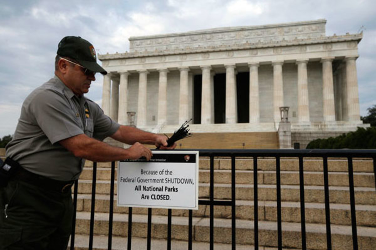 The National Park service's Richard Trott places a sign barring visitors to the Lincoln Memorial in Washington, October 1, 2013, because of the government shutdown. (PHOTO: PUBLIC DOMAIN)