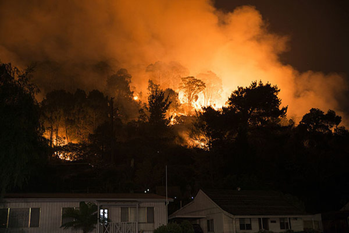 Fire on the hills, north of Lithgow, taken on October 19, 2013. (PHOTO: LITHGOWLIGHTS/WIKIMEDIA COMMONS)