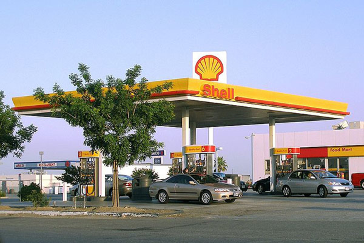 A gas station near Lost Hills, California. (PHOTO: COOLCAESAR/WIKIMEDIA COMMONS)