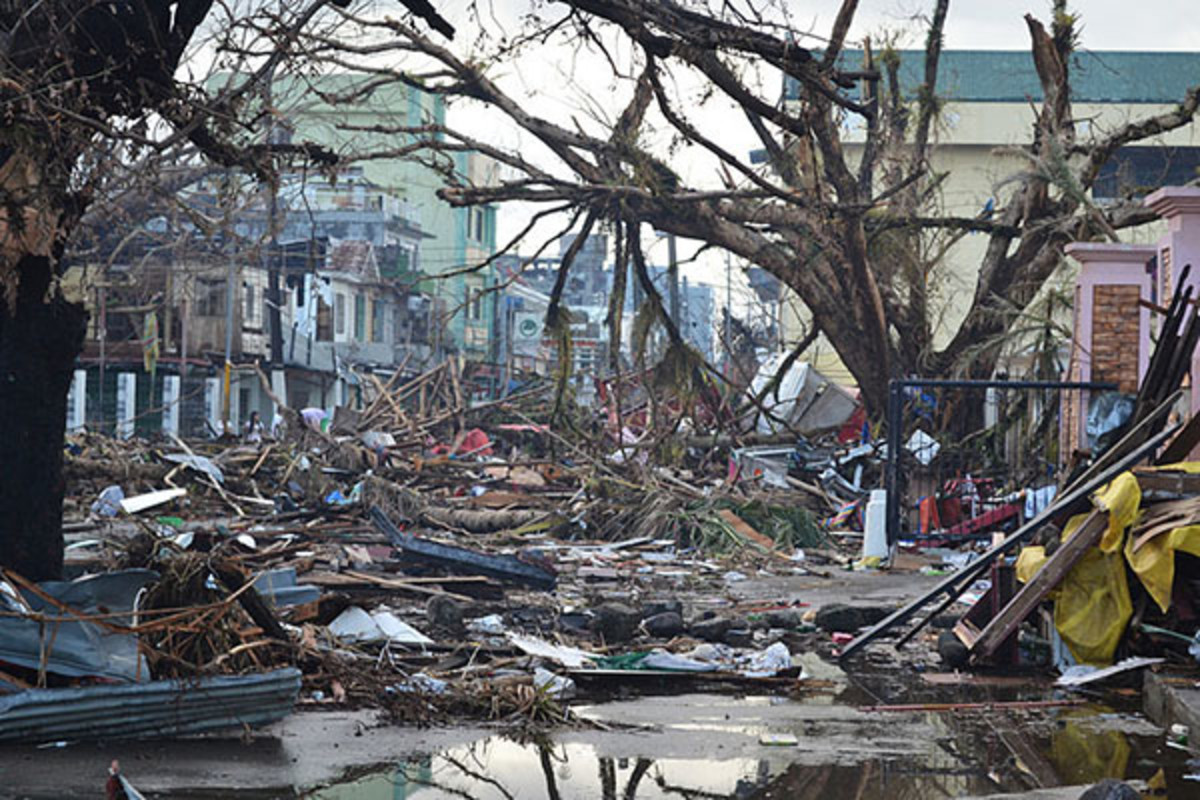 Debris littering the streets of Tacloban on November 14, nearly a week after the storm struck. (PHOTO: TROCAIRE/WIKIMEDIA COMMONS)