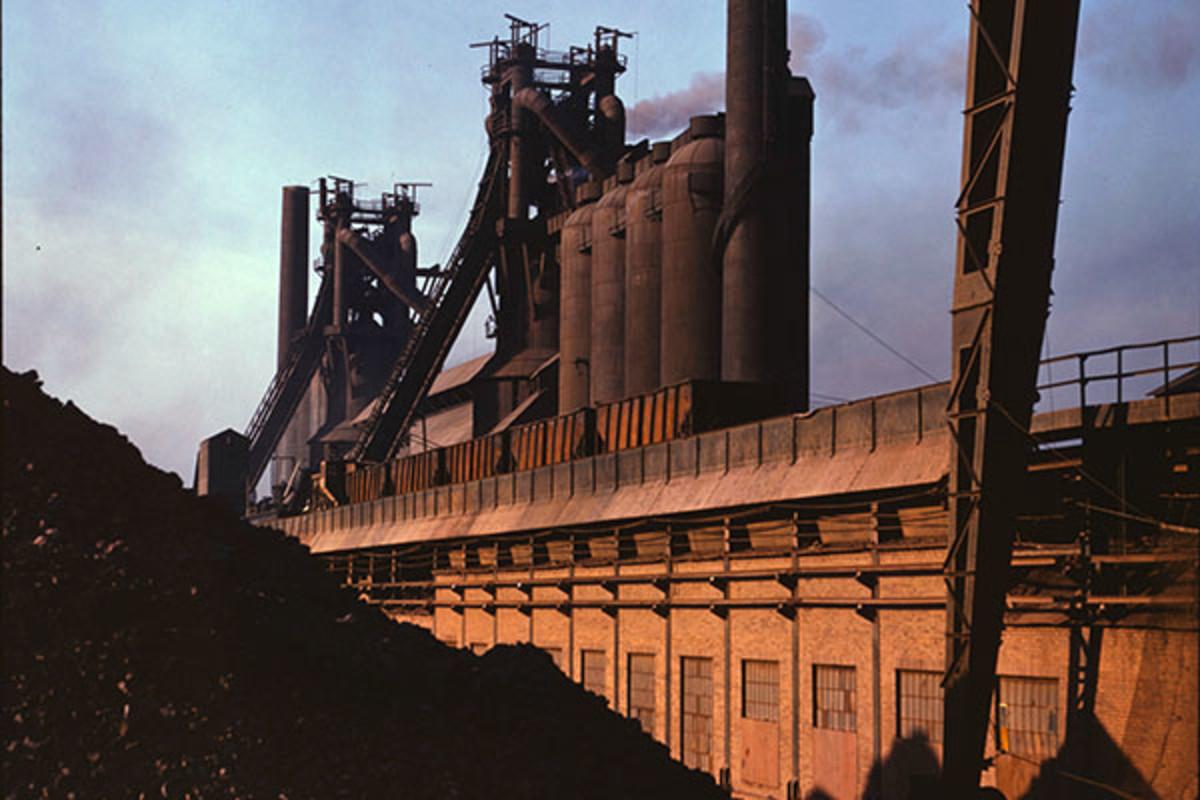 Carnegie-Illinois Steel blast furnaces in Etna, Pennsylvania (1941). (PHOTO: PUBLIC DOMAIN)