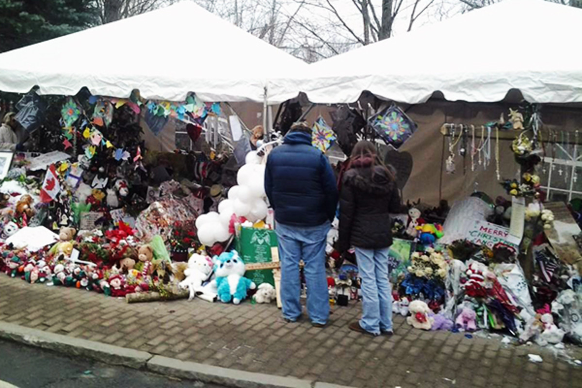 The Sandy Hook Elementary School makeshift memorial on Berkshire Road in Newtown, Connecticut. (PHOTO: BBJETER/WIKIMEDIA COMMONS)