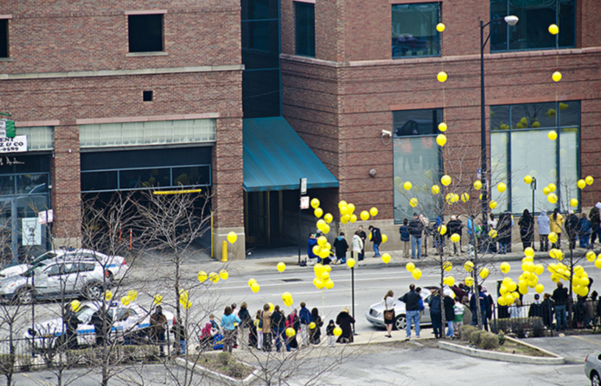 Yellow balloon protest at a family planning clinic. (Photo: Seth Anderson/Flickr)