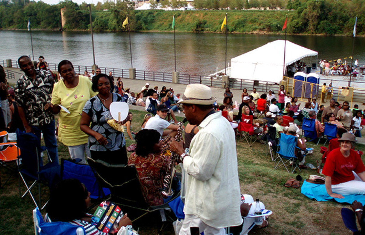 Kirk Whalum visiting the audience at a riverfront concert in 2007. (Photo: Terryballard/Wikimedia Commons)