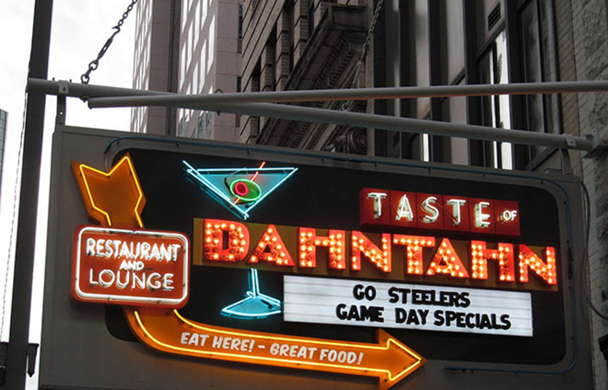 A sign using Dahntahn to mean Downtown. (Photo: Doug Kerr/Wikimedia Commons)