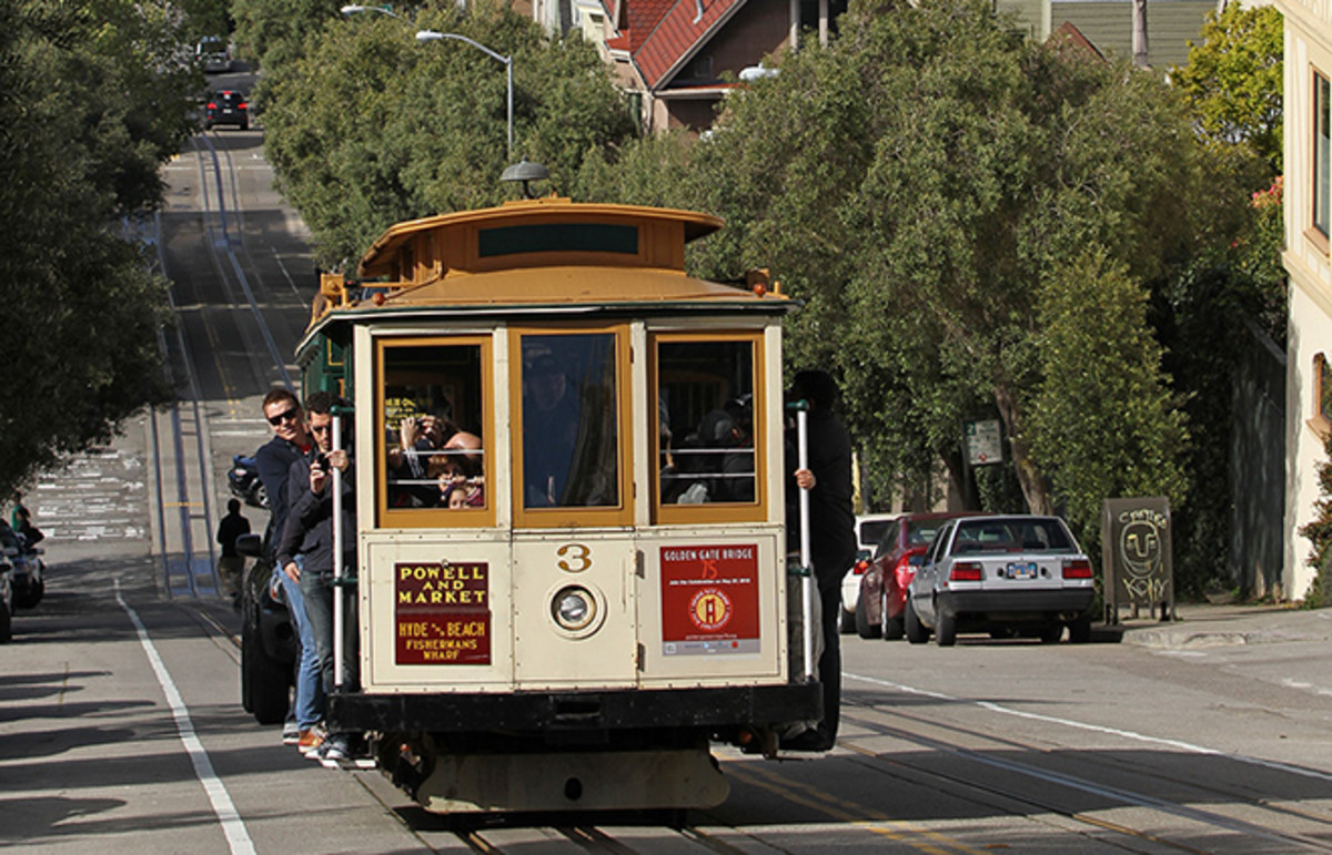 A cable car ascending Hyde St. (Photo: John O'Neill/Wikimedia Commons)