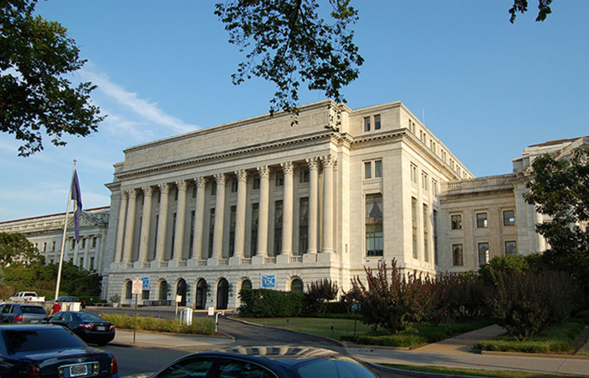 The Jamie L. Whitten Building in Washington, D.C., houses the administrative offices of the U.S. Department of Agriculture. (Photo: Michael Kranewitter/Wikimedia Commons)