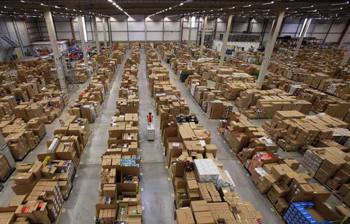 A worker at an Amazon fulfillment center. (Photo: Getty Images)