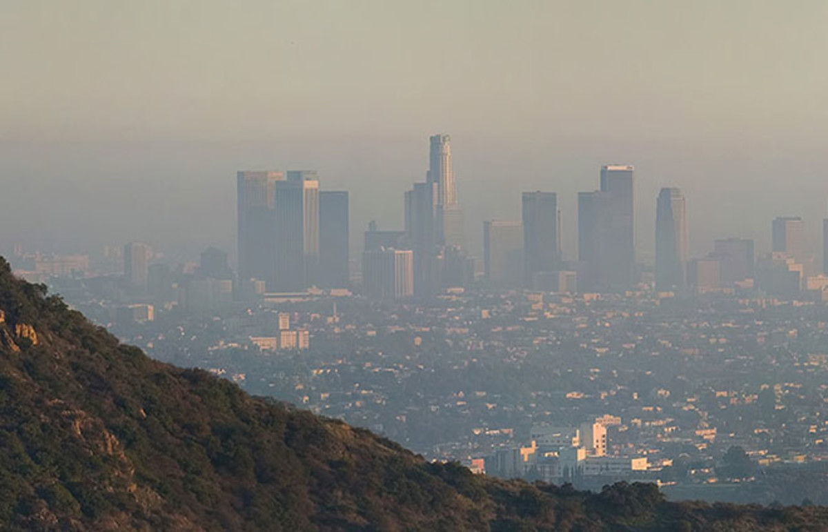 A view of Los Angeles covered in smog. (Photo: Diliff/Wikimedia Commons)