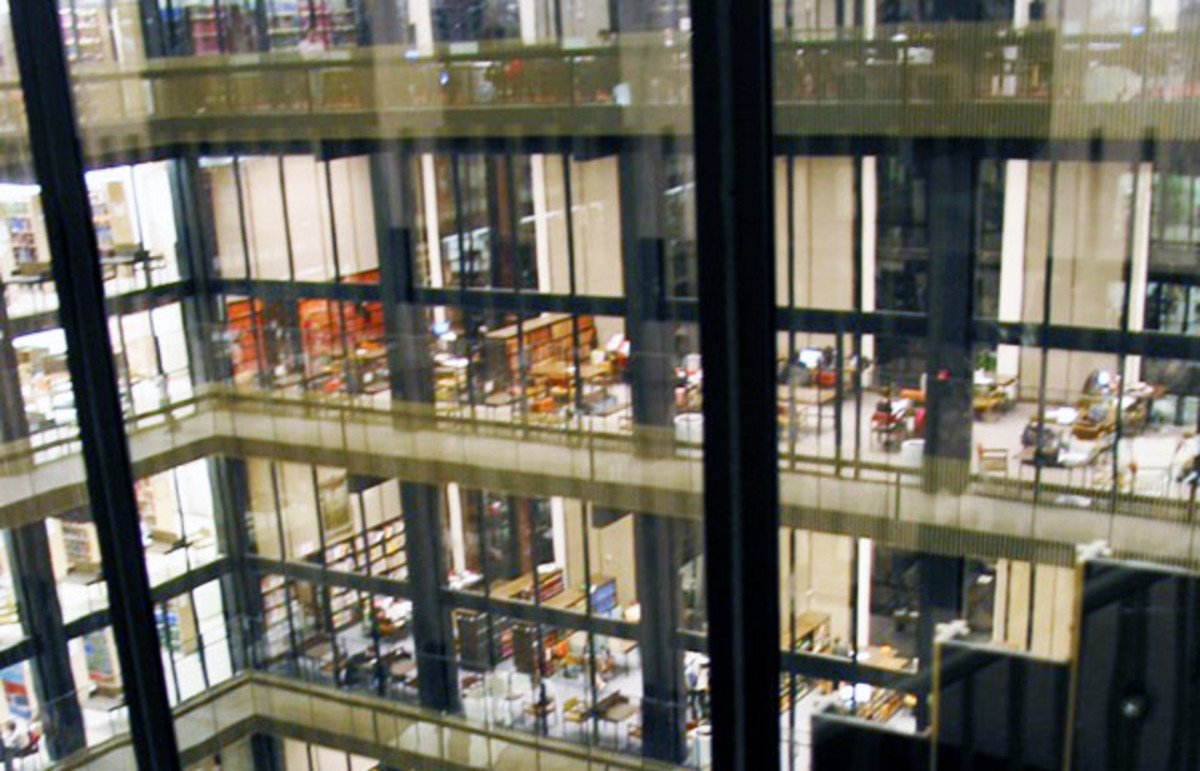 Inside New York University's Elmer Holmes Bobst Library. (Photo: Marilyn Cole/Wikimedia Commons)