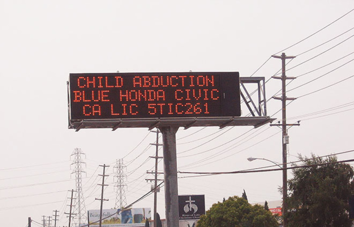 An electronic traffic-condition sign displaying an AMBER alert. (Photo: Bob Bobster/Wikimedia Commons)
