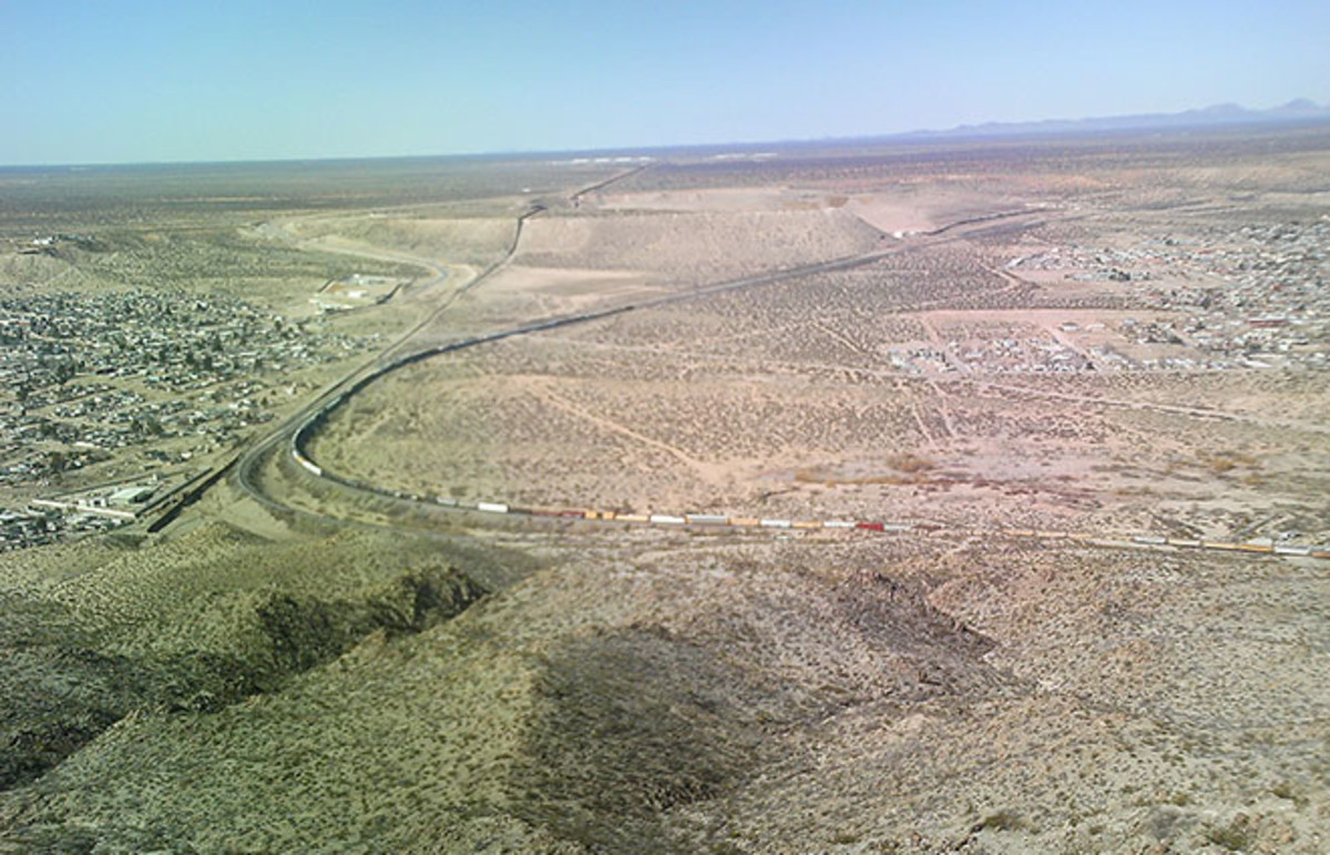 The start of the border fence in New Mexico. (Photo: MJCdetroit/Wikimedia Commons)