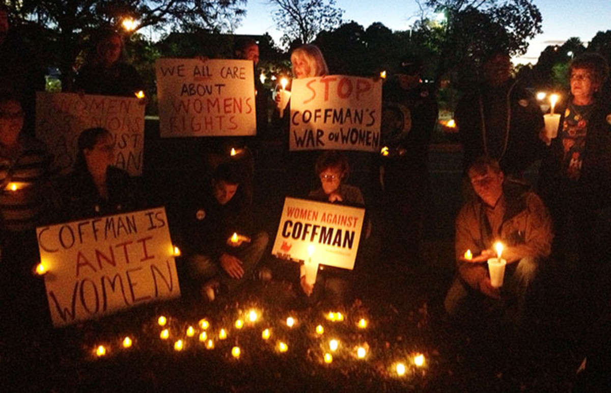 A candlelight vigil to protest what the Women Against Coffman group calls Representative Mike Coffman's War on Women. (Photo: TakeDownCoffman/Flickr)