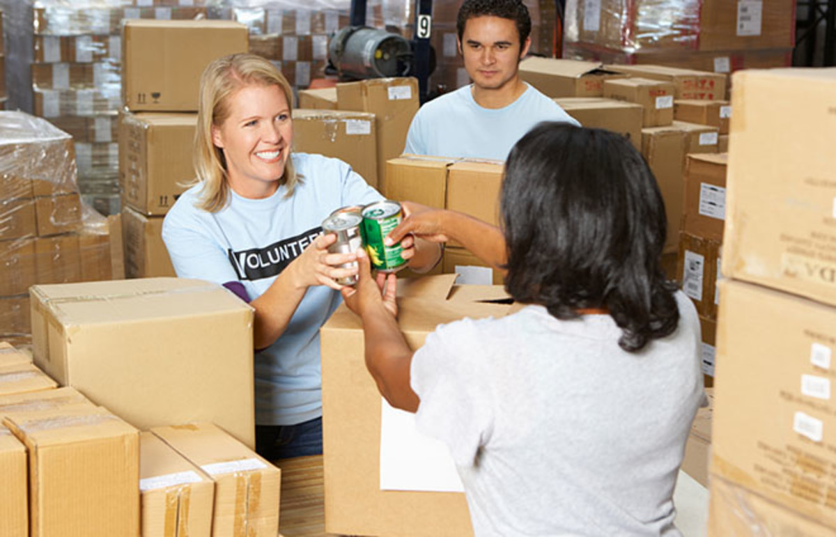 Volunteers collect food donations. (Photo: Monkey Business Images/Shutterstock)