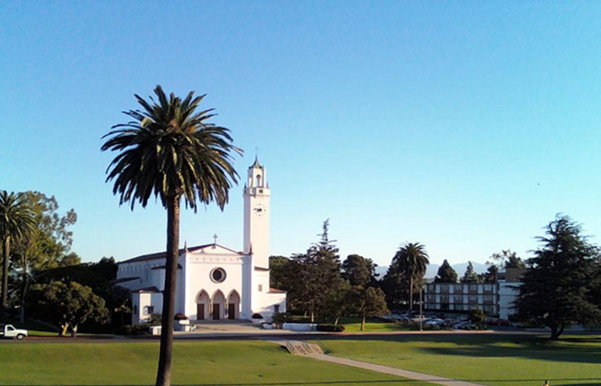 The Sunken Gardens and Sacred Heart Chapel at Loyola Marymount University. (Photo: Mishigaki/Wikimedia Commons)