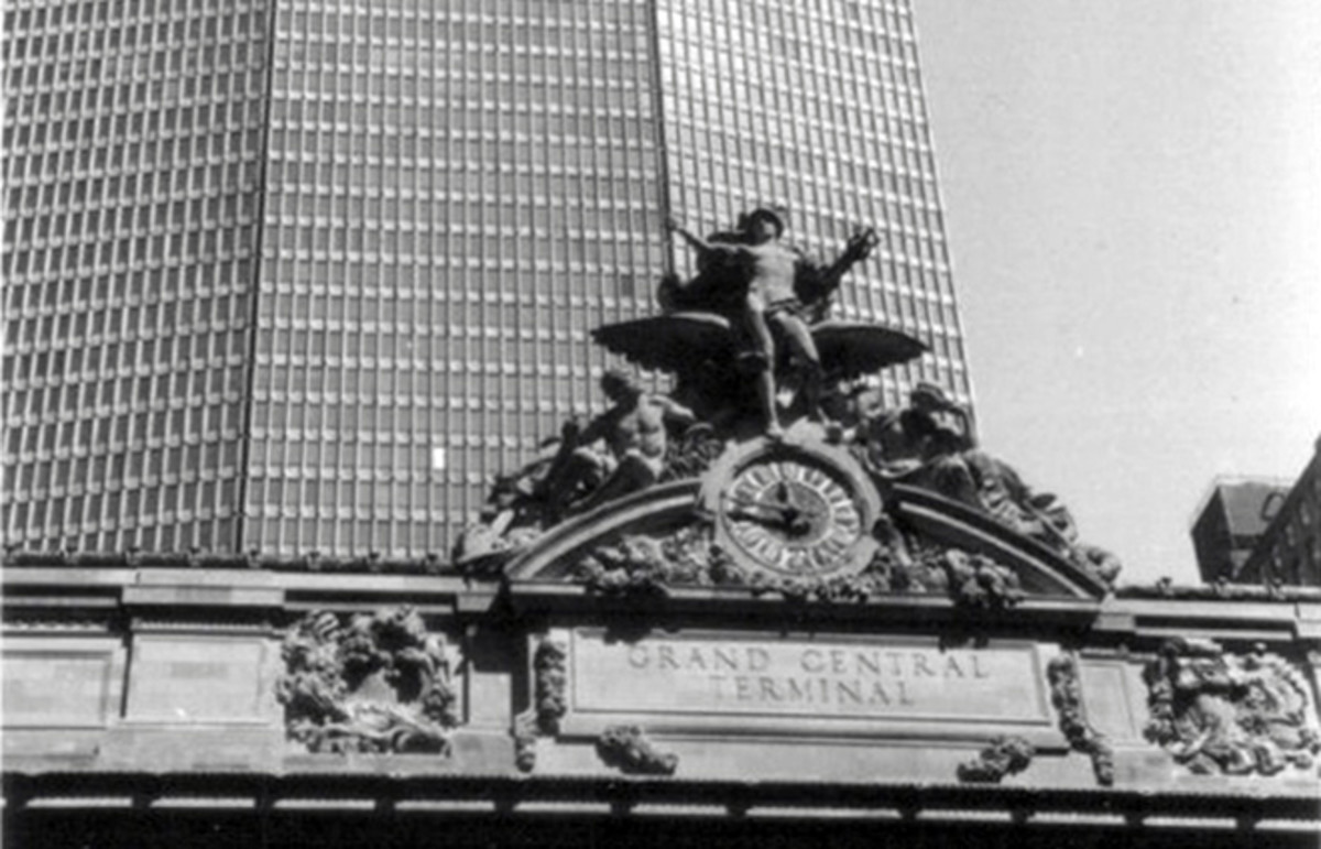 A view of the MetLife Building and Grand Central Terminal when the building was known as the Pan Am Building. (Photo: Stikshift/Wikimedia Commons)