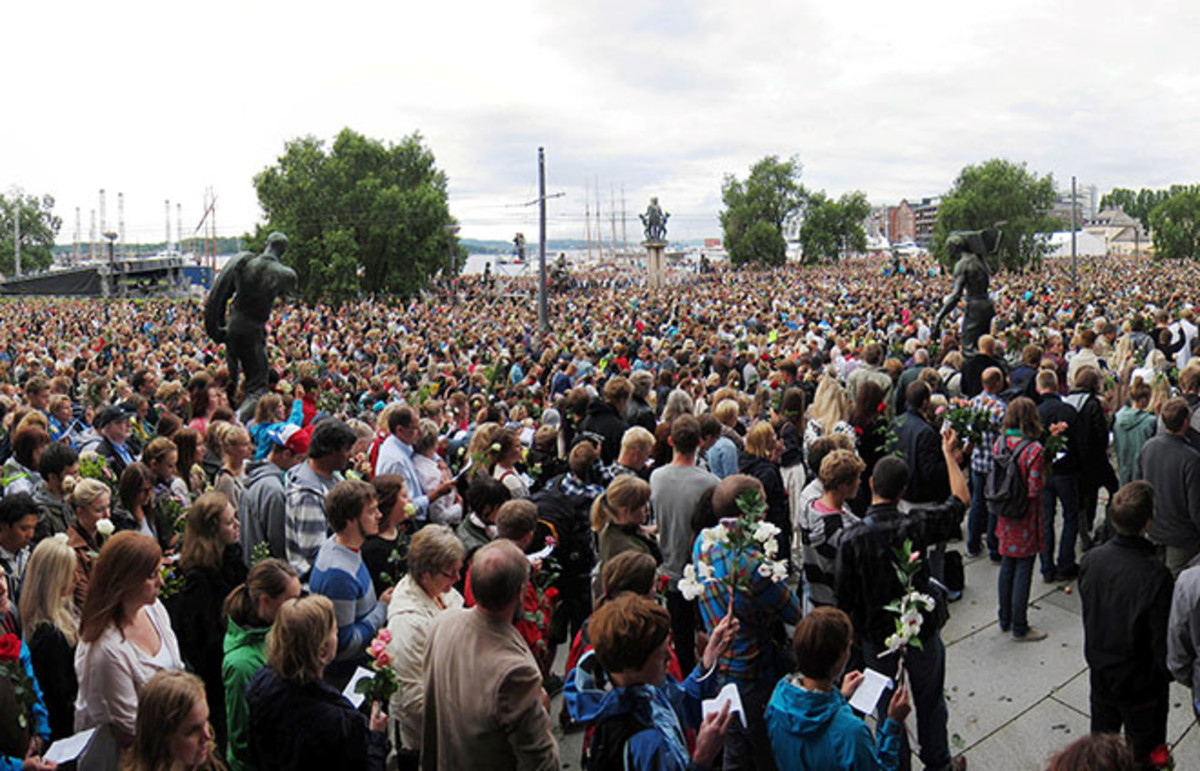 Flower march in Sentrum, Oslo, in the aftermath of the attacks on Utøya. (Photo: Mathias-S/Wikimedia Commons)