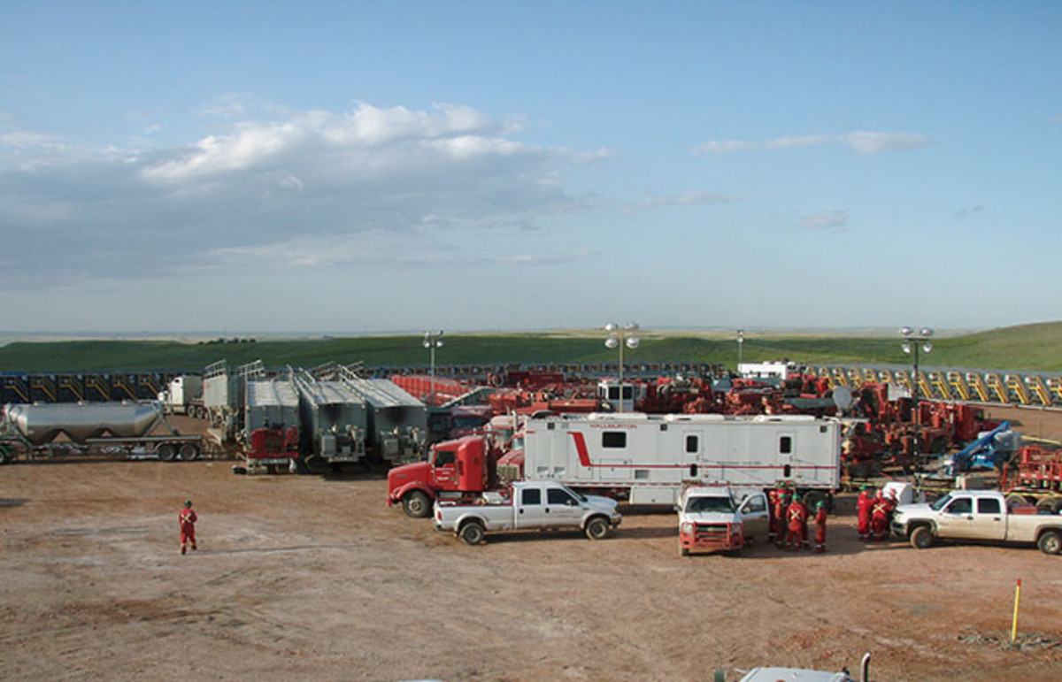 Halliburton preparing to frack the Bakken. (Photo: Joshua Doubek/Wikimedia Commons)
