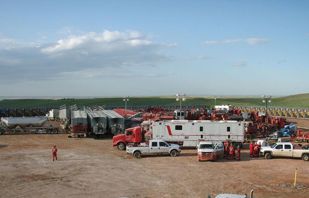 Halliburton preparing to frack the Bakken. (Photo: Joshua Doubek/Wikimedia Commons)