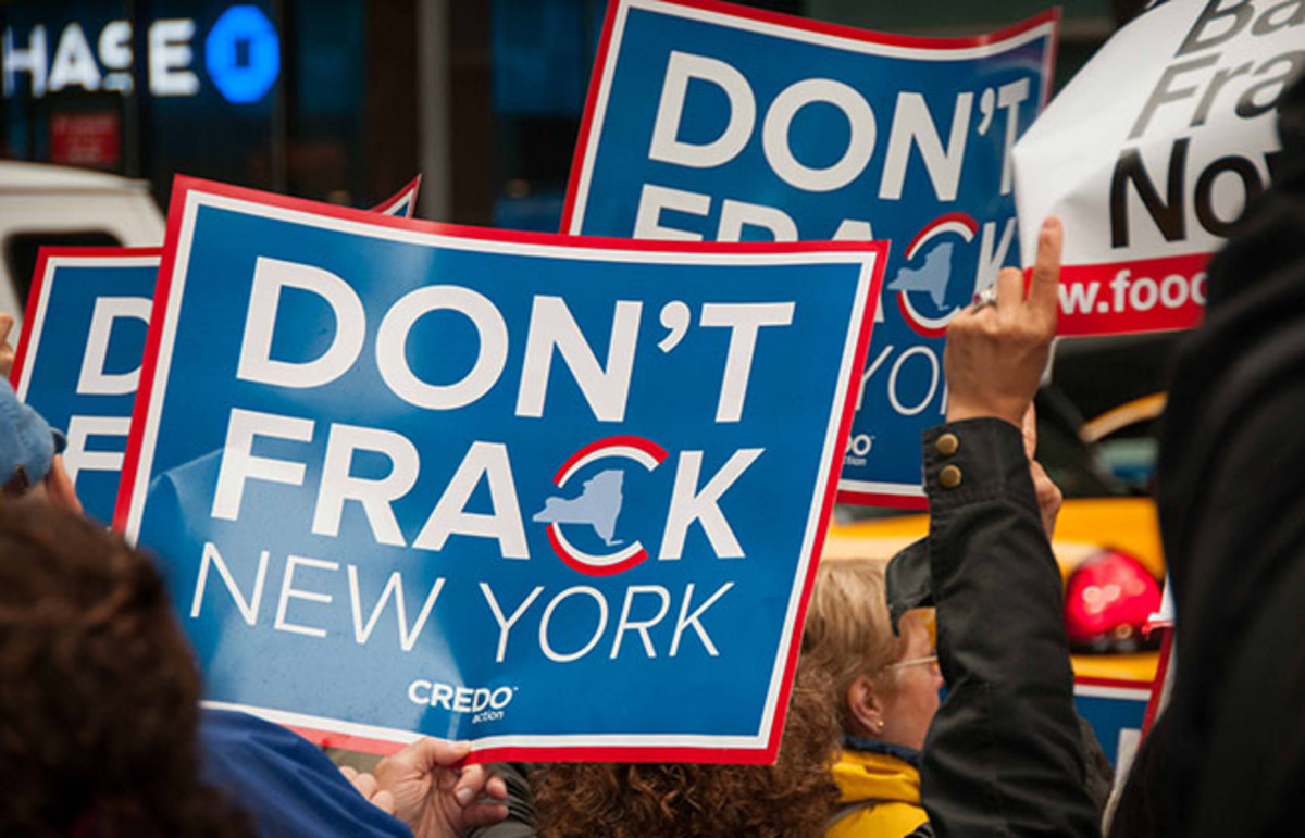 Activists protest fracking outside Governor Cuomo's office in New York. (Photo: CREDO.fracking/Flickr)