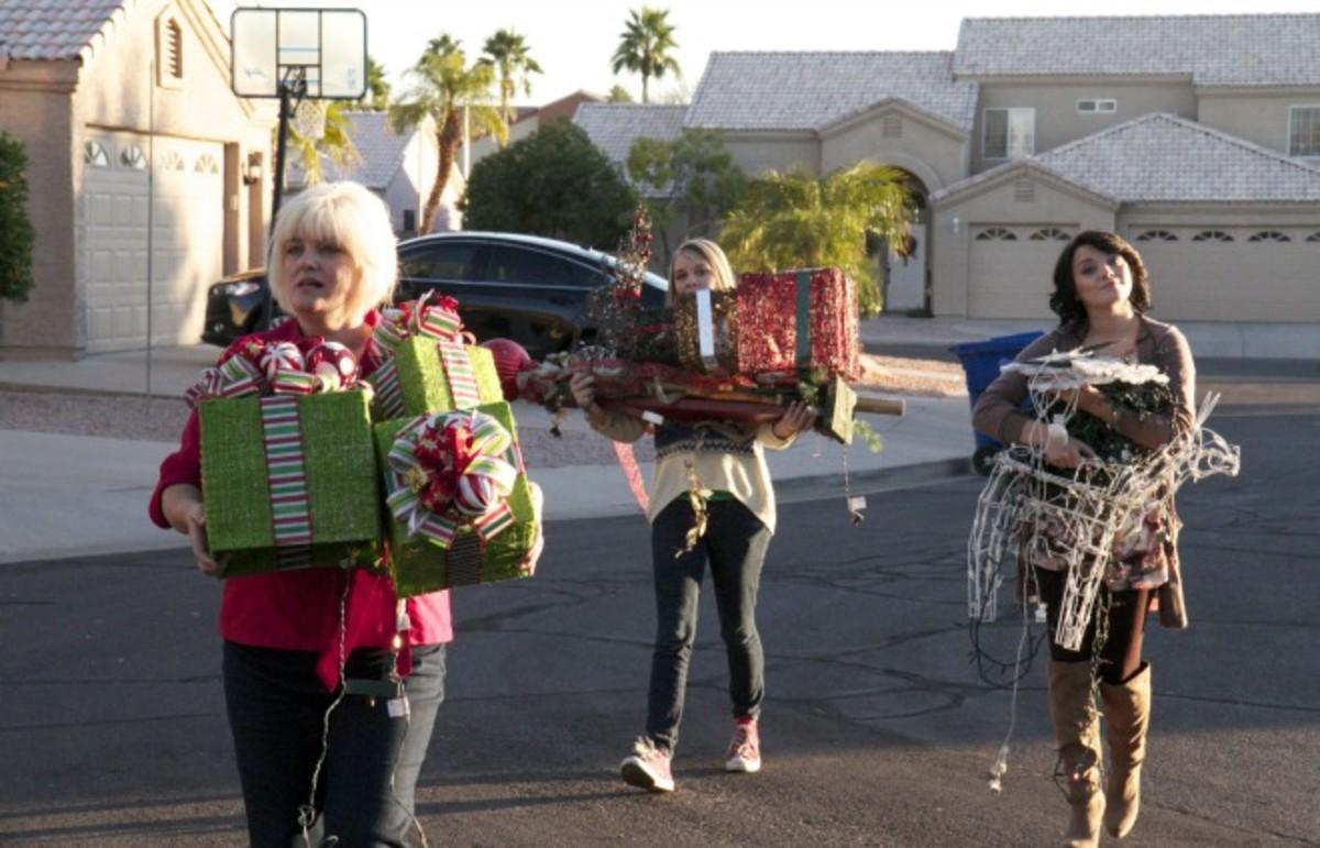 A 'Cheapskate' family transports borrowed decorations. (Photo: TLC)