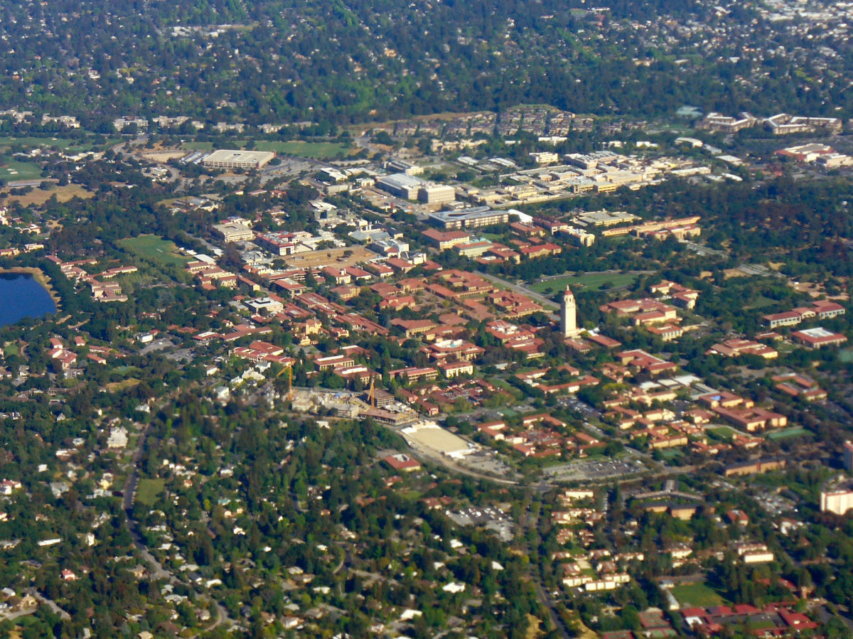 An aerial photograph of the Stanford University campus in 2008. (Photo: Jrissman/Wikimedia Commons)