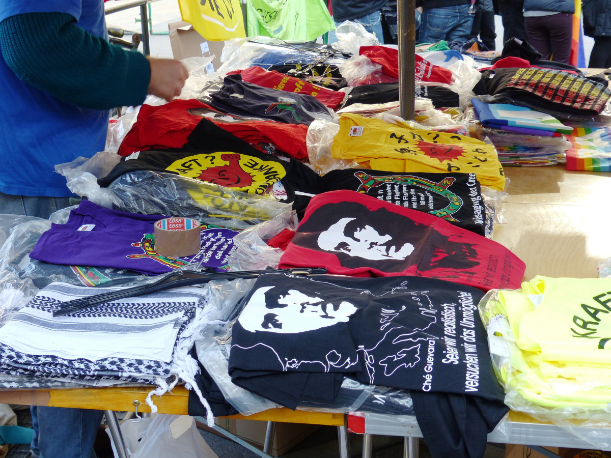 A merchant selling Che Guevara shirts. (Photo: blu-news.org/Flickr)