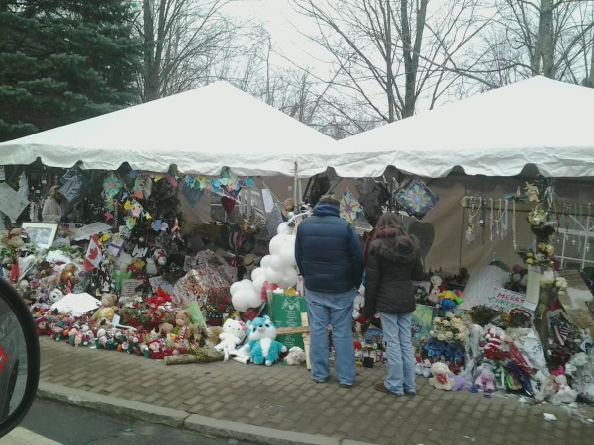 A makeshift memorial on Berkshire Road in Newtown, Connecticut. (Photo: Bbjeter/Wikimedia Commons)