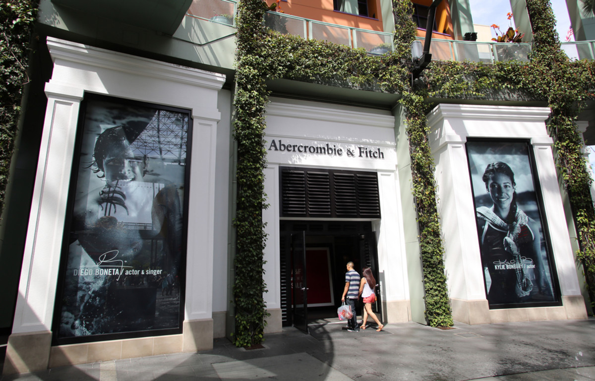 Shoppers enter an Abercrombie & Fitch  clothing store in Universal City, California. (Photo: Northfoto/Shutterstock)